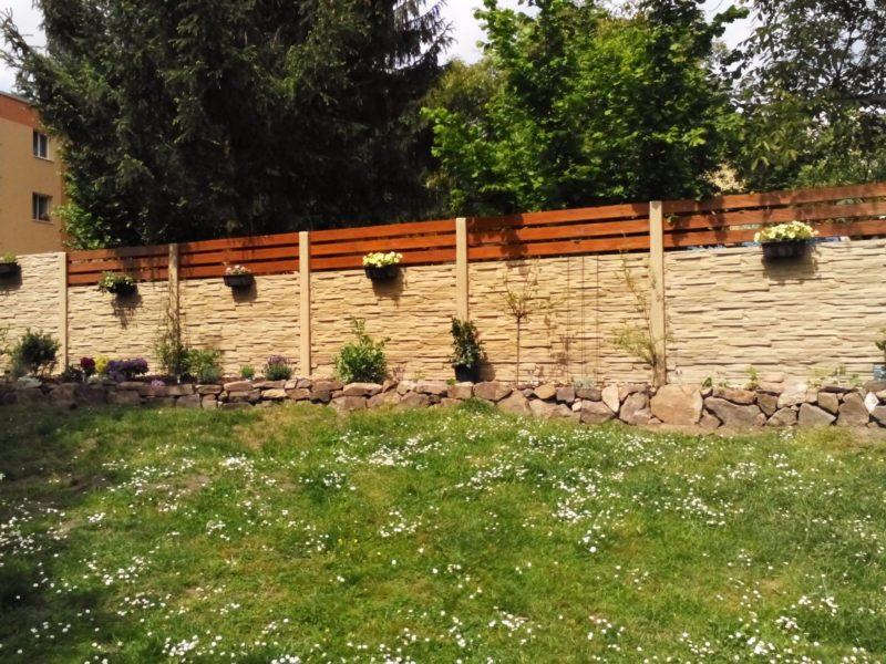 Základní stavební kámen plotu? Betonové desky!